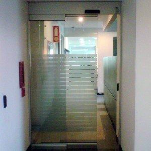 Puerta automática en vidrio
