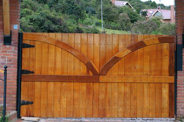 Puerta Batiente Residencial en Metal - Madera